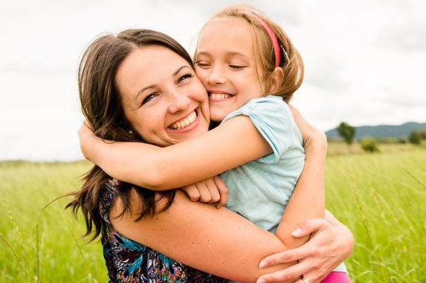 """Mẹ thường ôm và nói """"mẹ yêu con"""" giúp phát triển trí tuệ cảm xúc cho trẻ"""