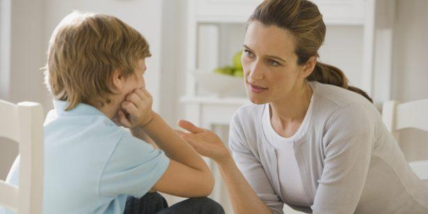Cha mẹ nên thể hiện sự tin tưởng, đồng cảm để trò chuyện cùng trẻ giải quyết vấn đề